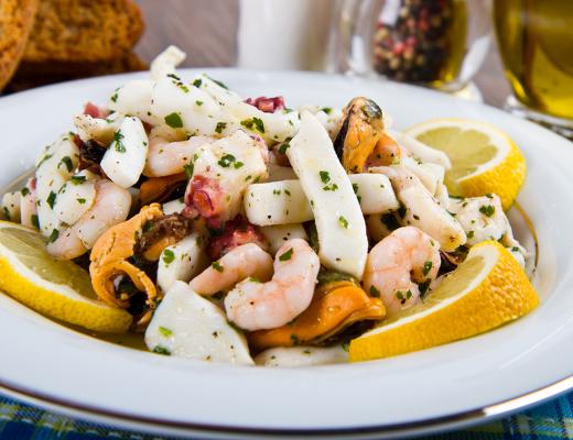 Insalata di calamari e gamberi in salsa agli agrumi
