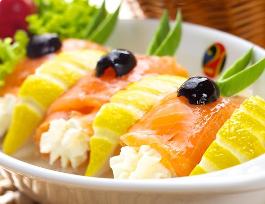 Involtini di salmone ai crostacei e pepe rosa